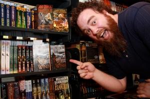 El autor (el profesor Rothfuss), friki como él solo: fanegas, barbucas y dungeonero. Na más que hay que verlo.