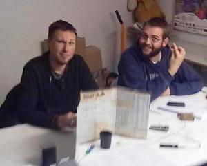 El autor y un servidor haciendo el gili durante una partida. Si, era invierno...