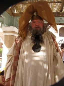 Ian McNeice como Illyrio Mopatis. No, no es un cameo de George R.R. Martin...