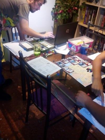 El autor preparando el mapa de Nuevo Los Ángeles, cartas y música mientras nos peleamos con la hoja de PJ